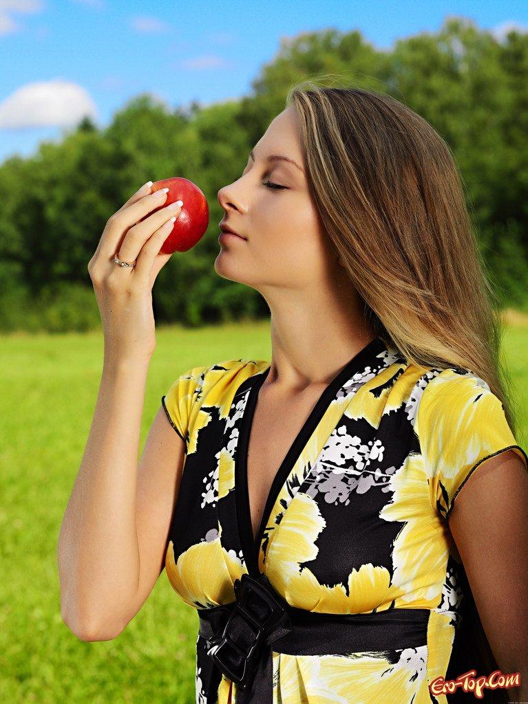 Леди с яблоком эро фото