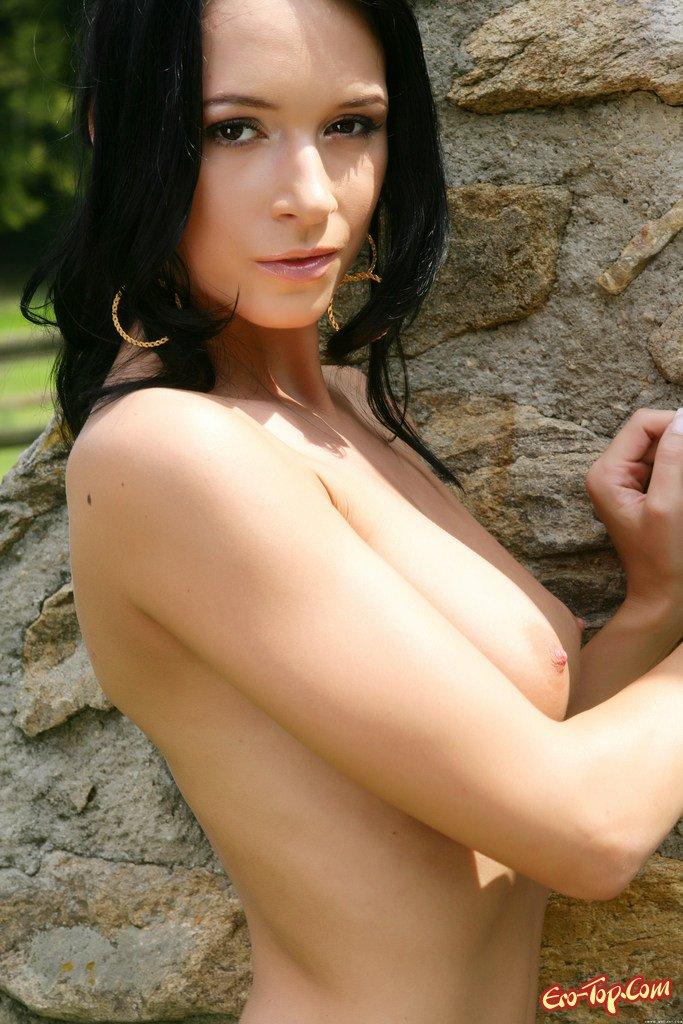 Горячая модель с темными волосами интим фото