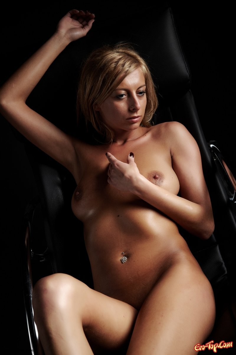Блондинка на чёрном эро фото