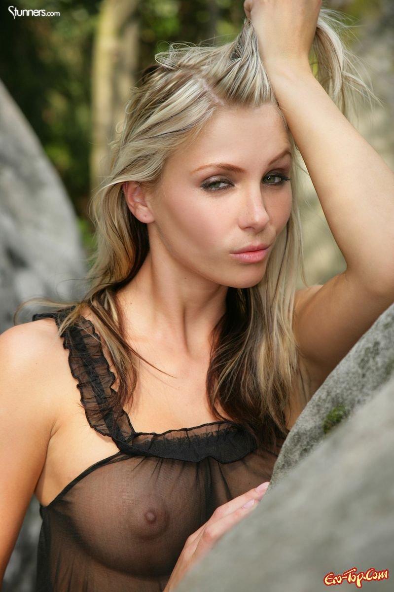 Стройняшка на камнях секс фото