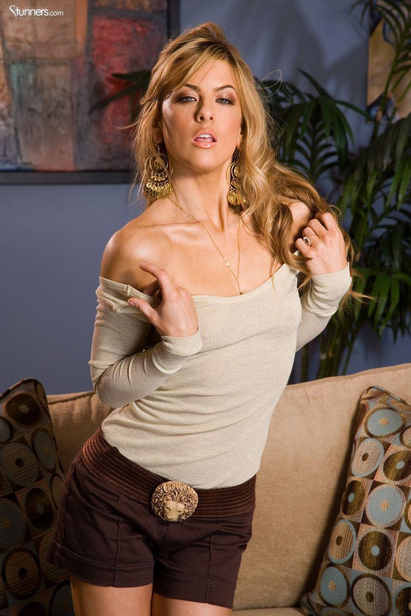 блондинка диванчике секс картинки