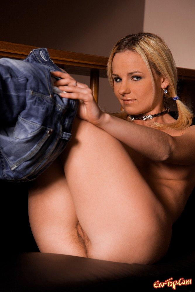 Девушка в джинсах эро фото