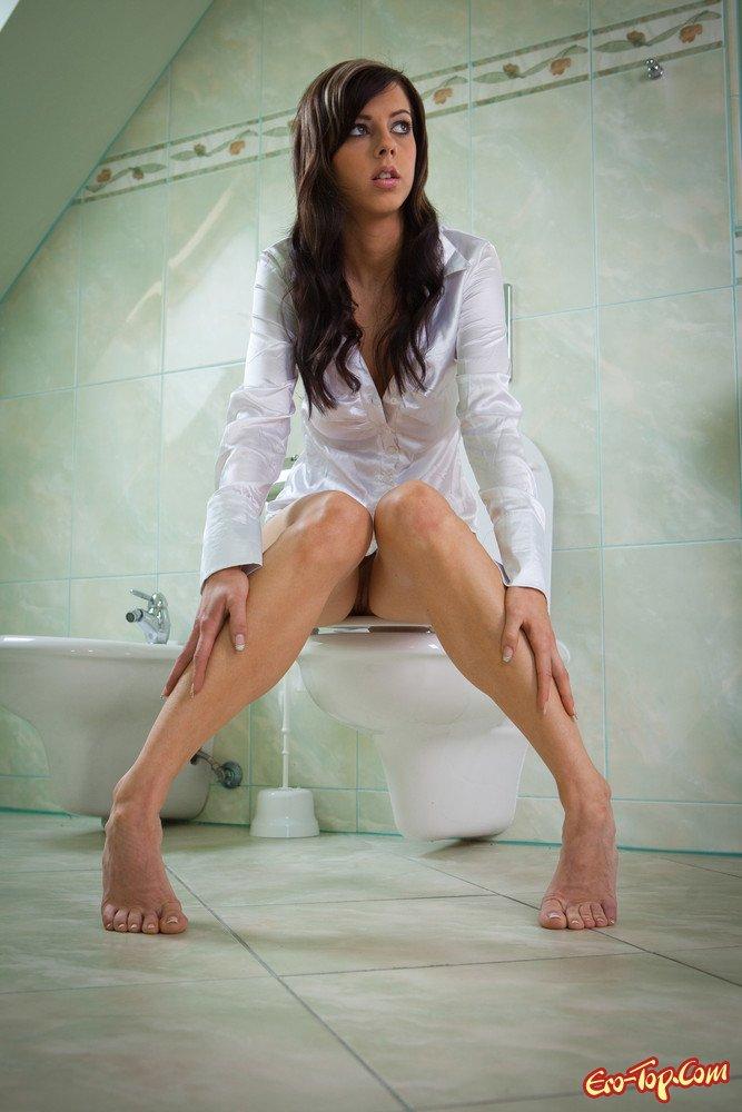 Сексуальная брюнетка в туалете эро фото