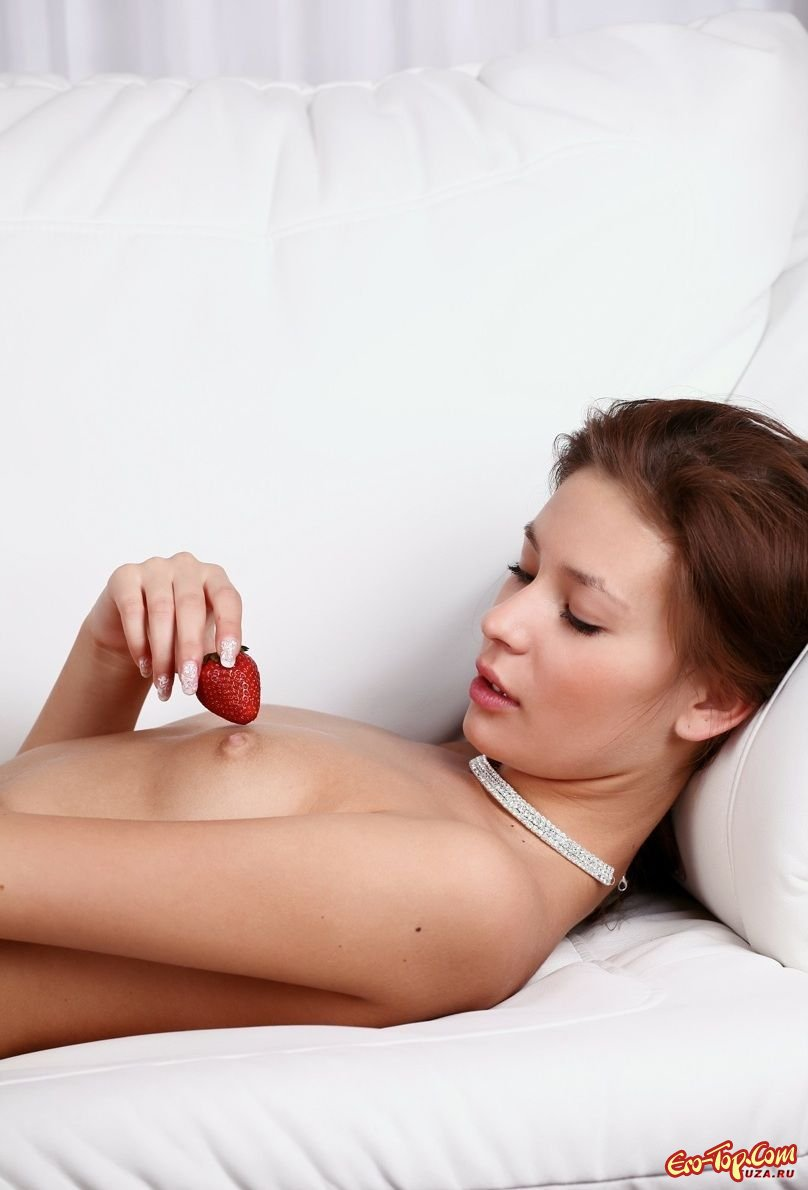 Сладкая девушка с клубникой эро фото