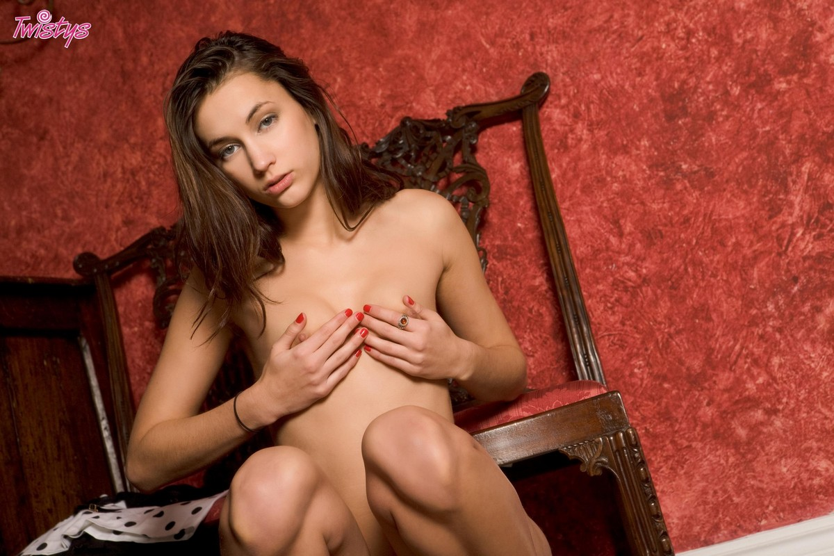 Симпатичная совершеннолетняя девушка интим фото секс фото