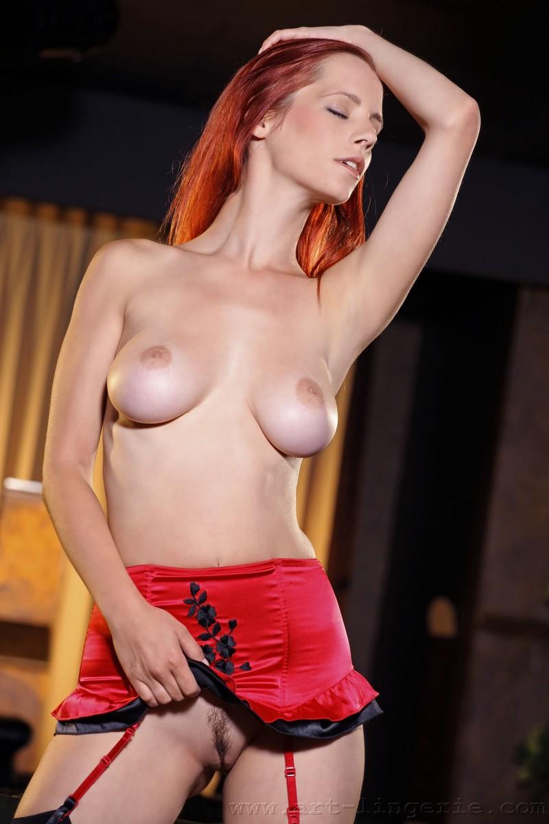 Рыжая красотка на кожаном диване эро фото