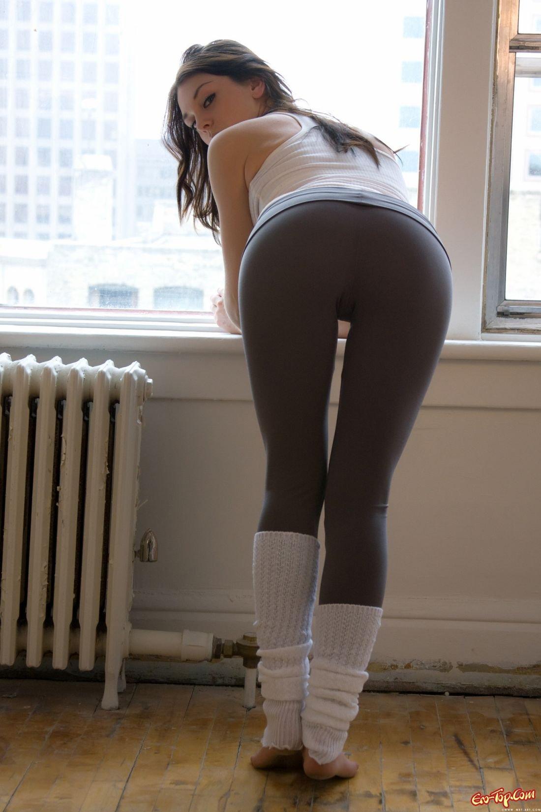 Смотреть онлайн бесплатно обтягивающие штаны врезались в вагину 14 фотография