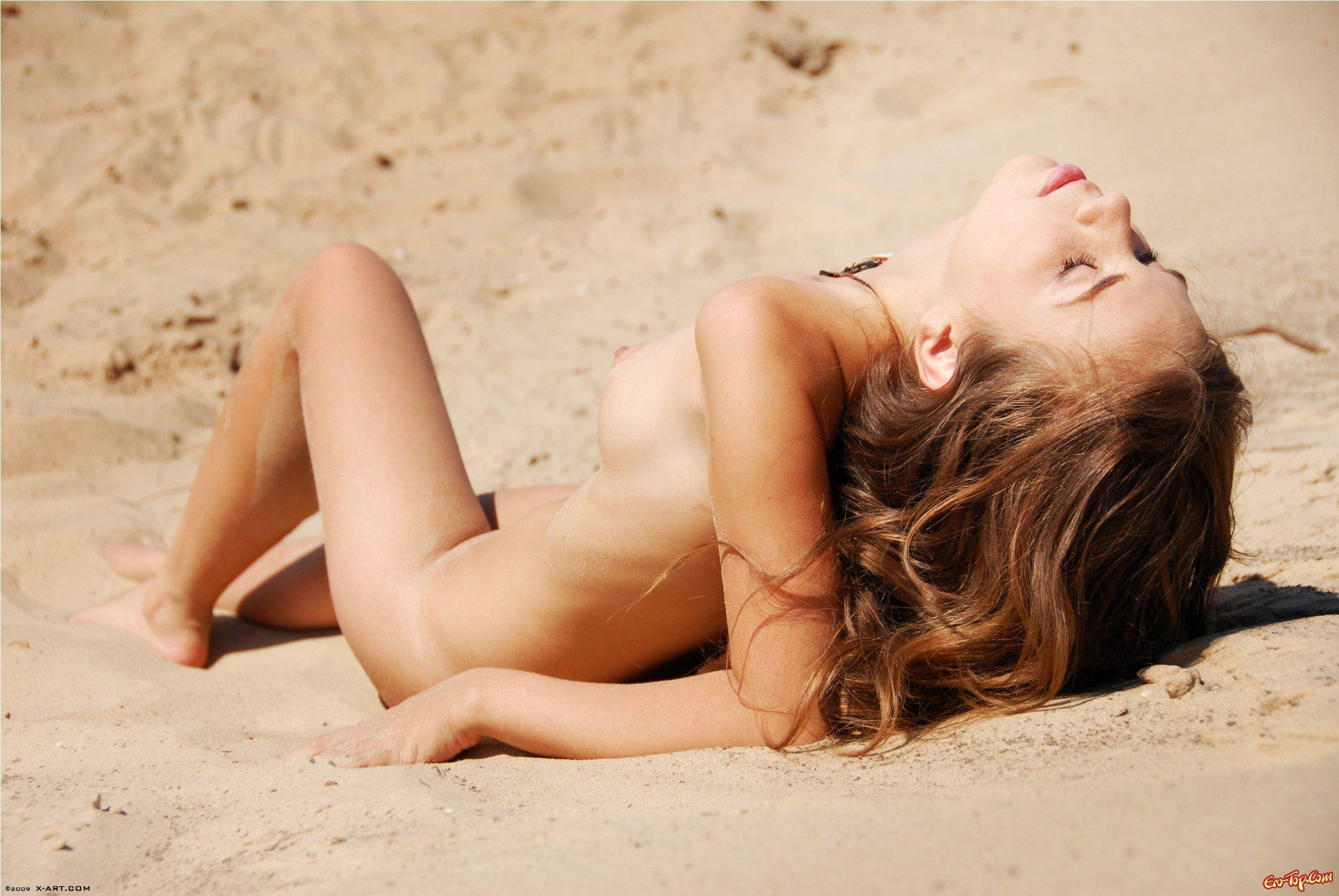 Фото красивых девушек на диком пляже 19 фотография