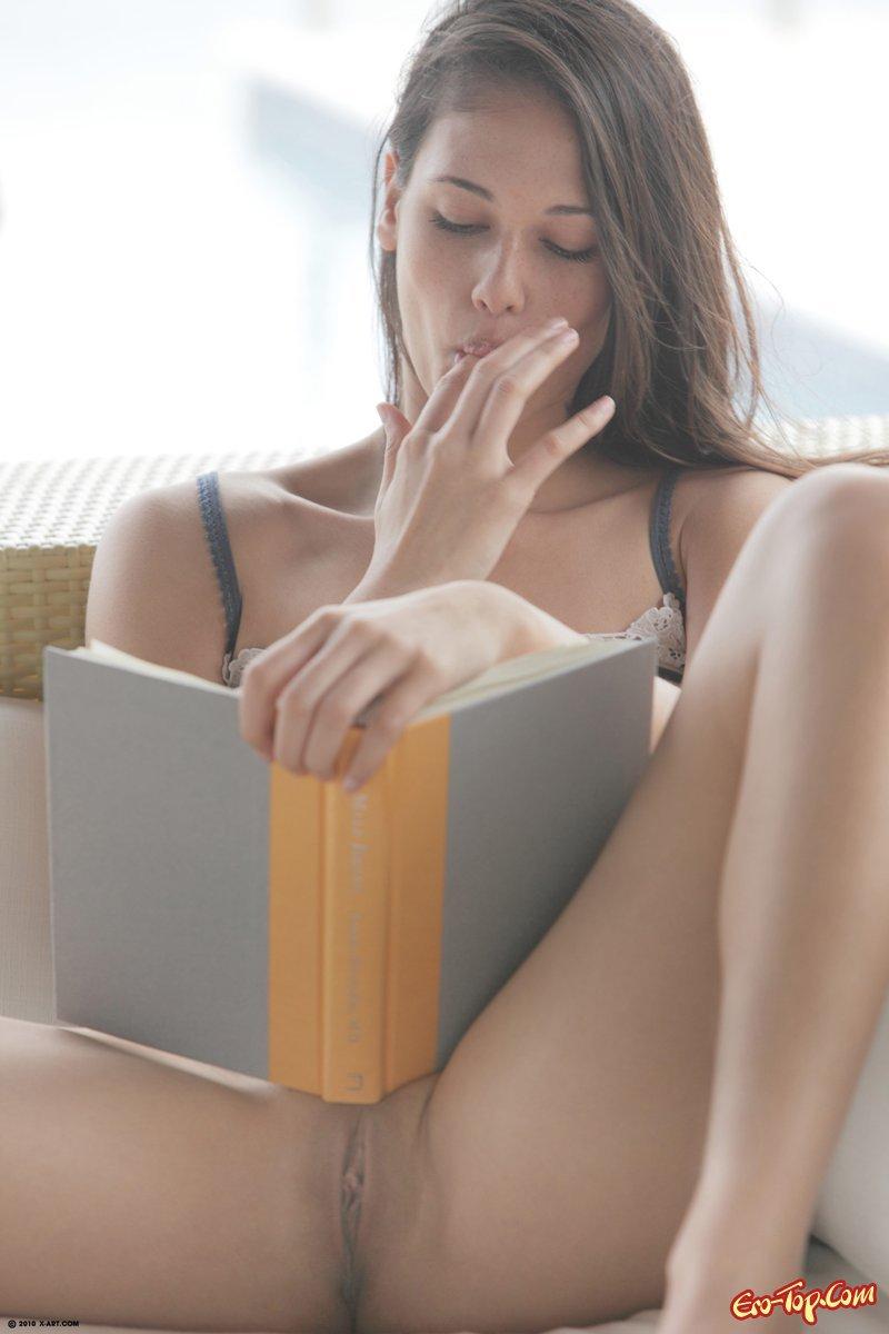 Сучка с книжкой ню фото секс фото