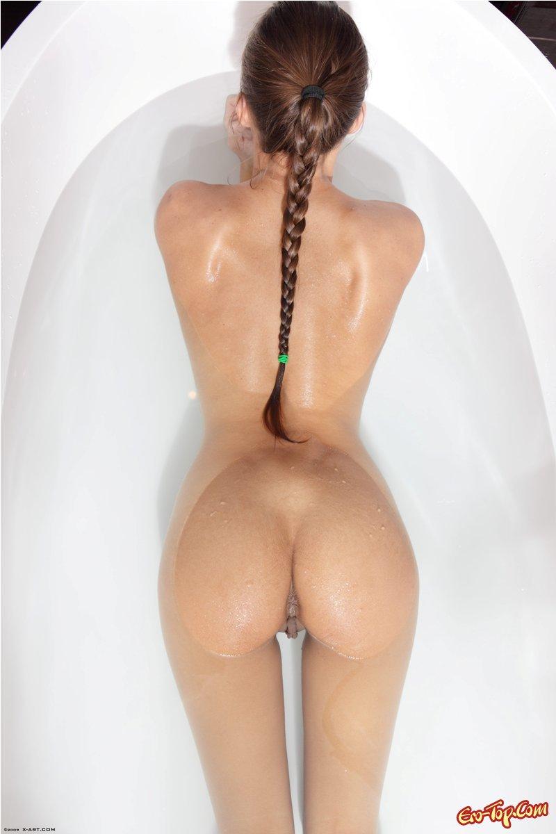 Загоревшая девушка под душем фото для взрослых