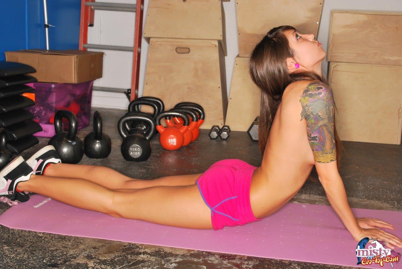 Деваха занимается фитнесом