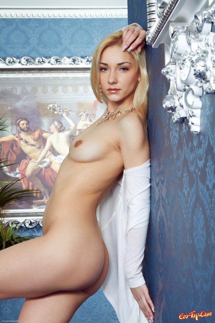 Раскрепощенная блондинка секс фото