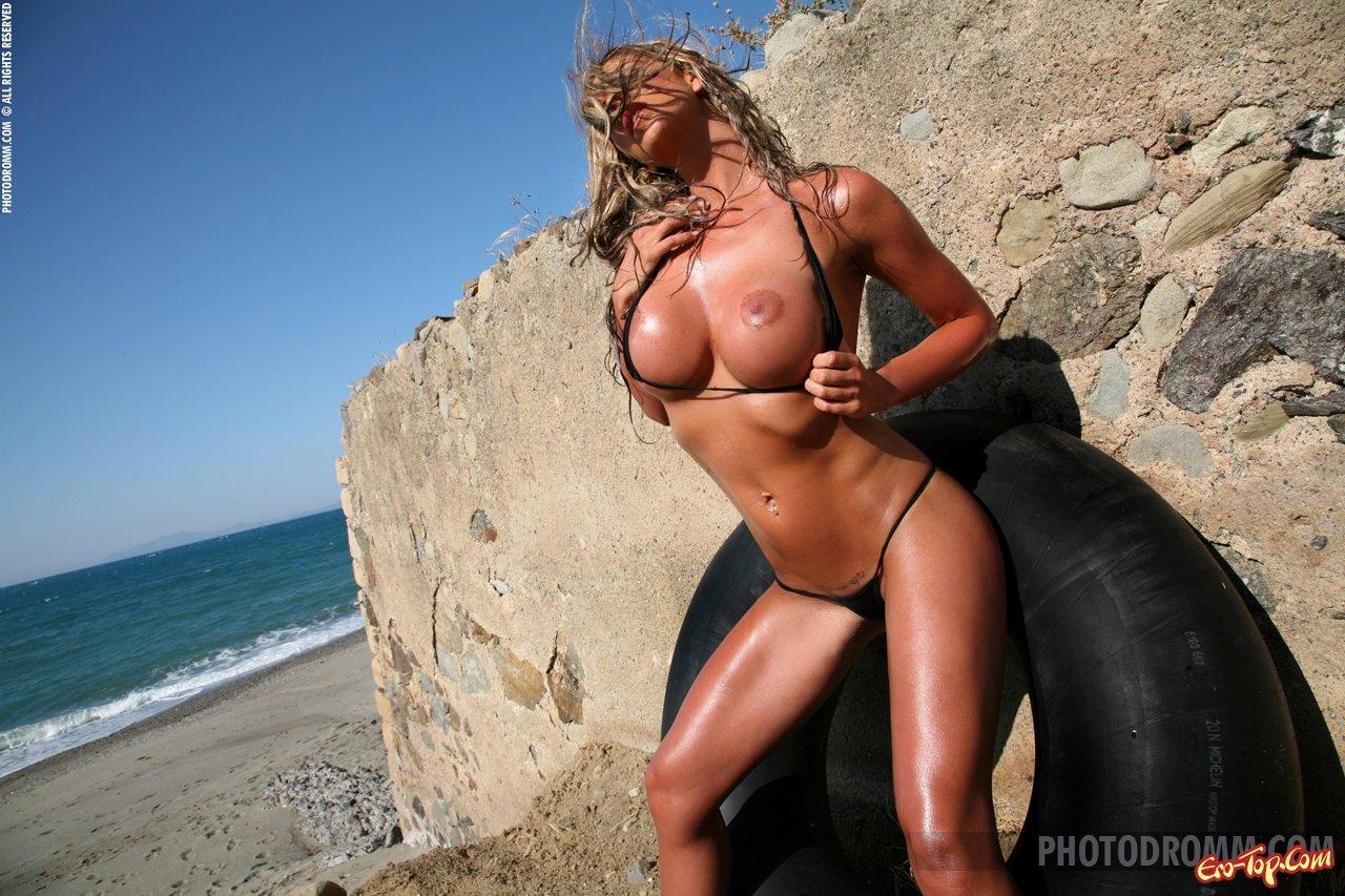 Модель с шиной на пляже секс фото