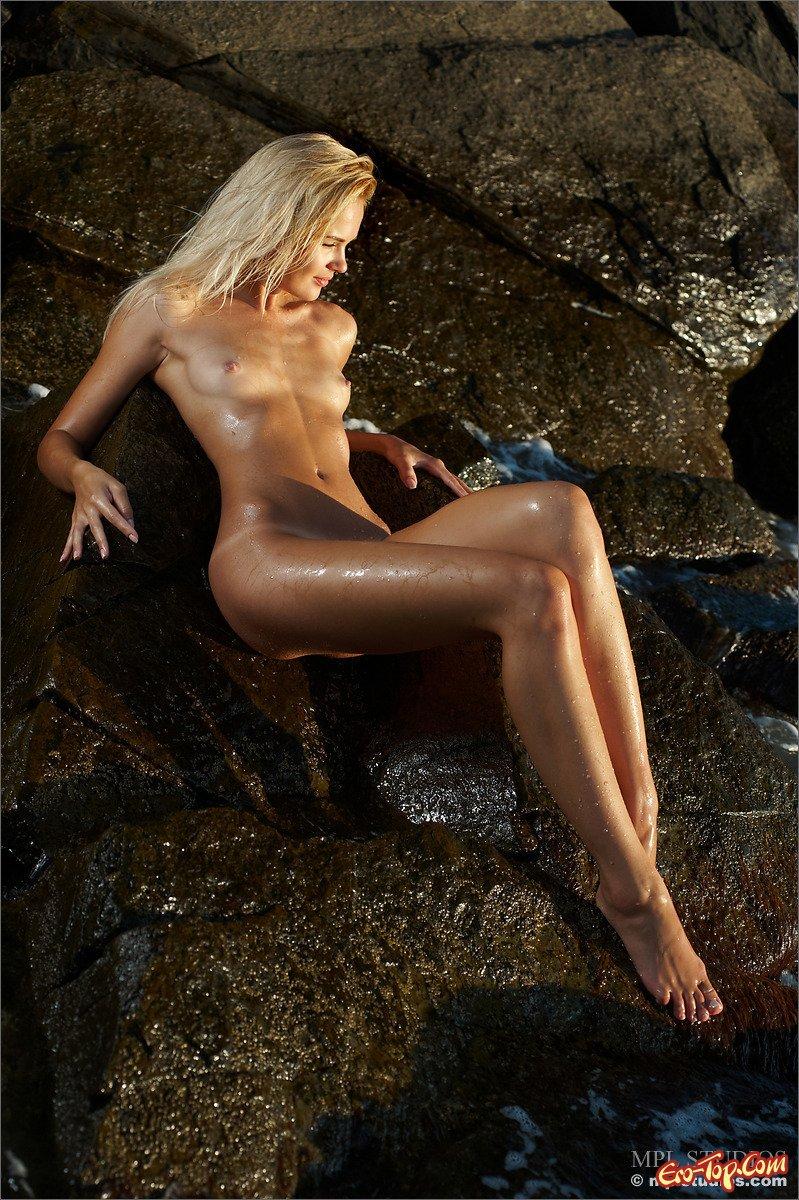 Блондинка на камне