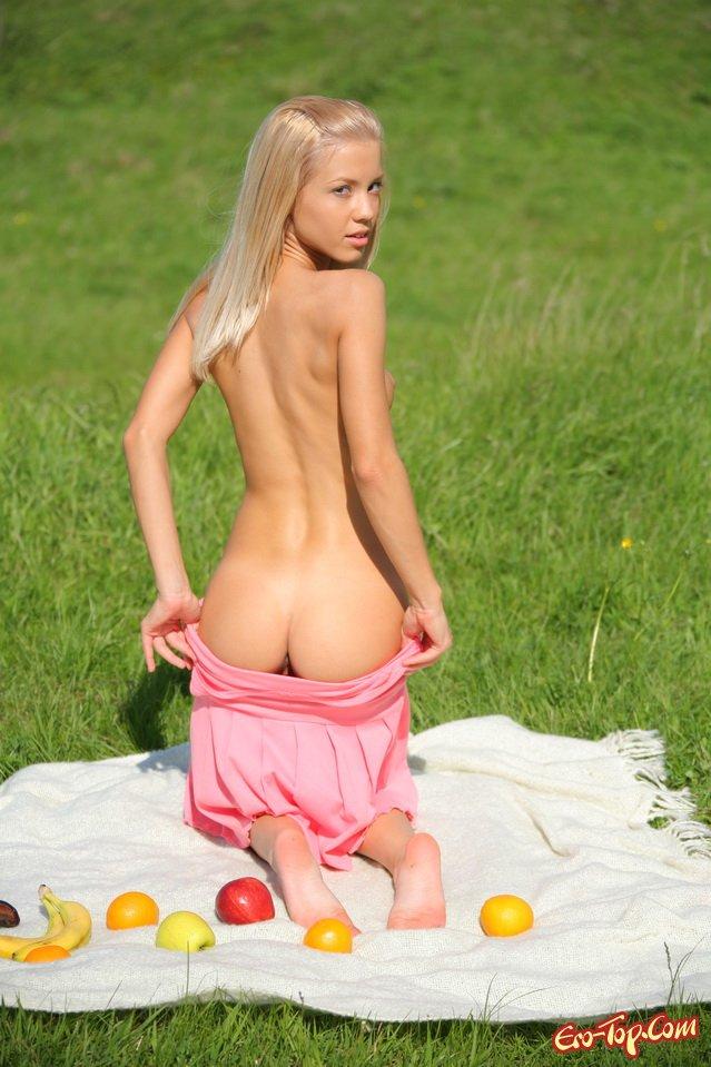 Модель со свелыми волосами на травке секс фото