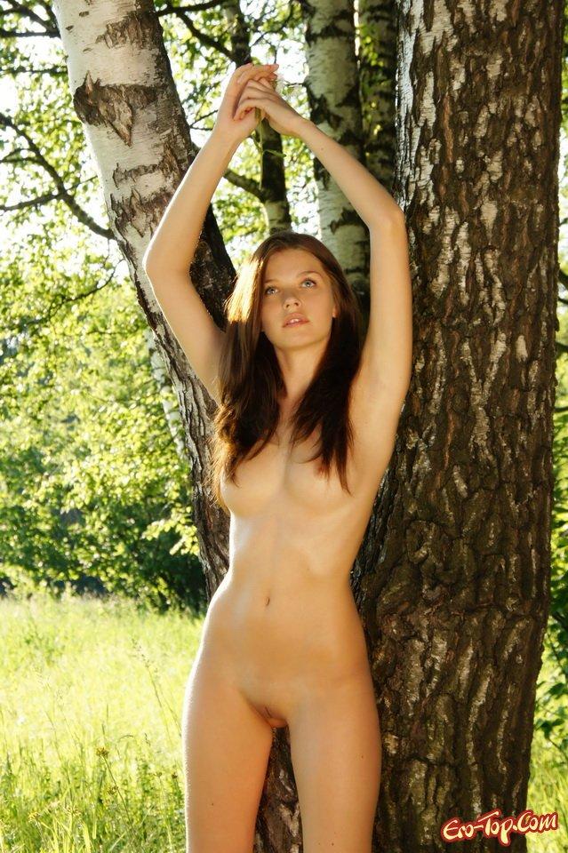 Девушка около дерева