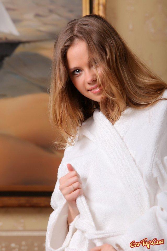 Голоя модель со свелыми волосами в номере