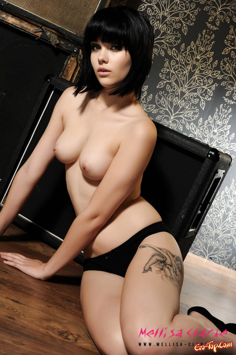 Молоденькая брюнетка секс фото