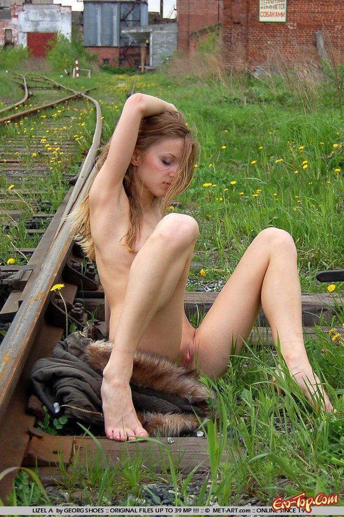 Голая на железной дороге смотреть эротику