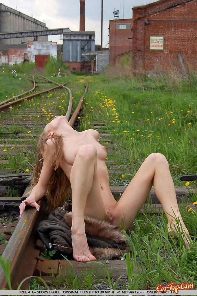 Нагая на железной дороге