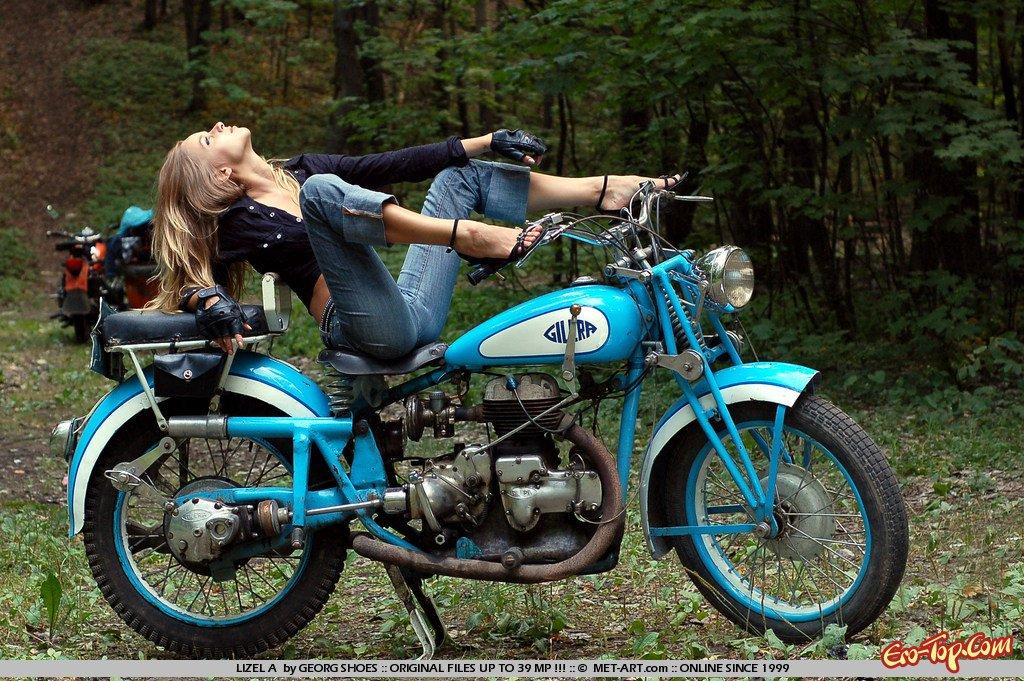Блондинка на мотоцикле