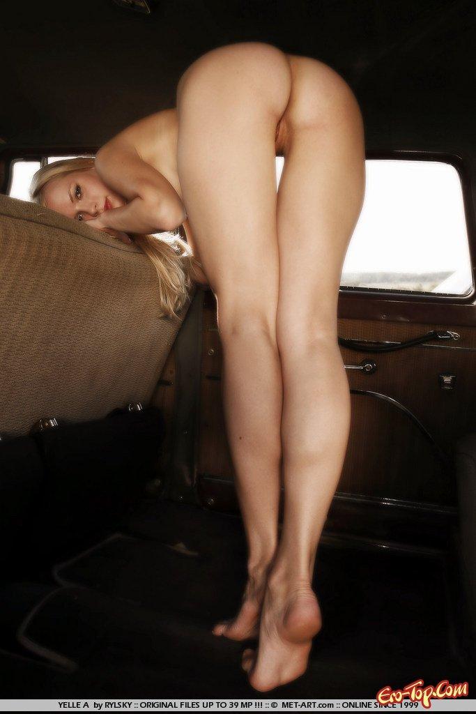 Блондинка в старом автомобиле