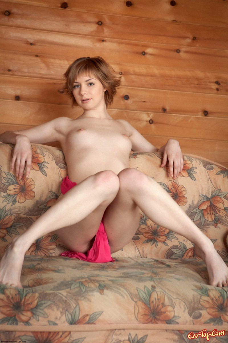 Молоденькая фотомодель на диване