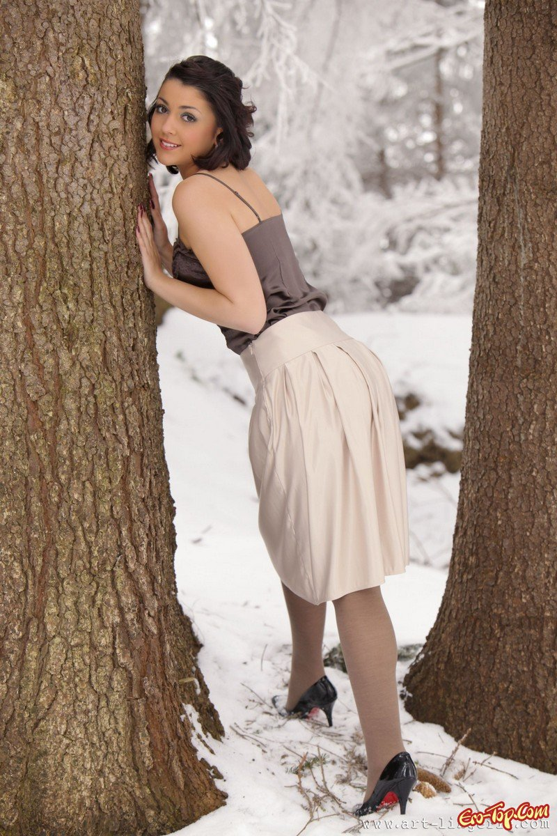 Голая в зимнем лесу