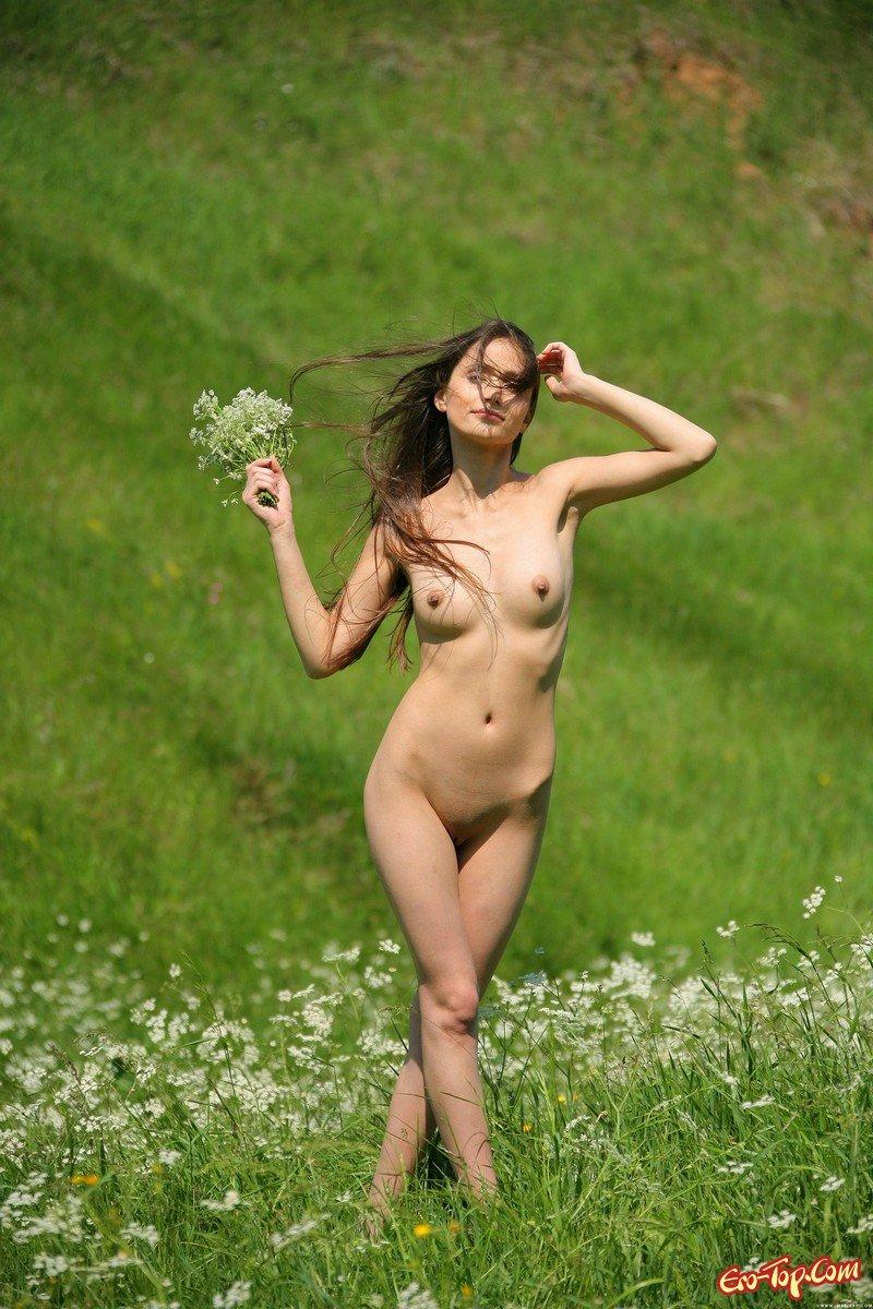 Барышня в траве