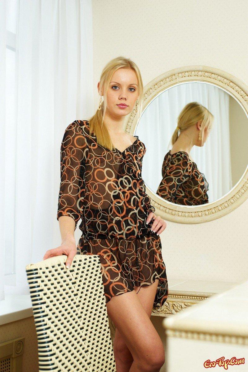 Блондиночка у зеркала