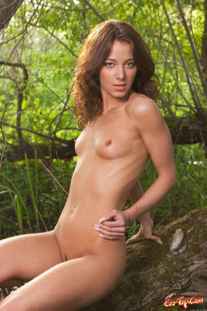 Молодая девушка на природе секс фото