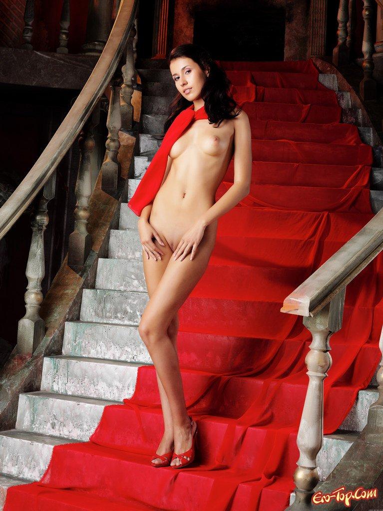 Девушка сняла вечернее платье