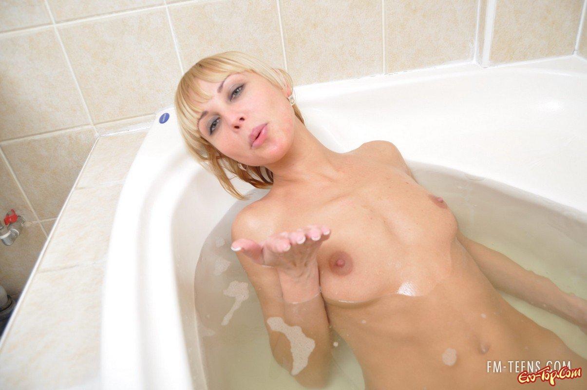 Стройная блондинка в ванной
