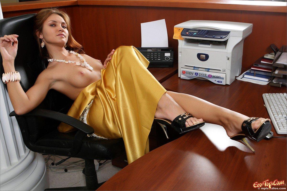 devushka-razdelas-v-ofise