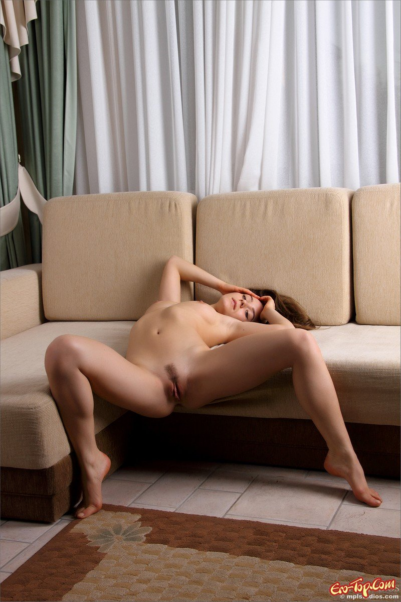 Сняла трусы на диване