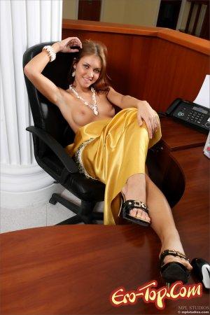 смотреть секретарша раздвигает ноги для начальником