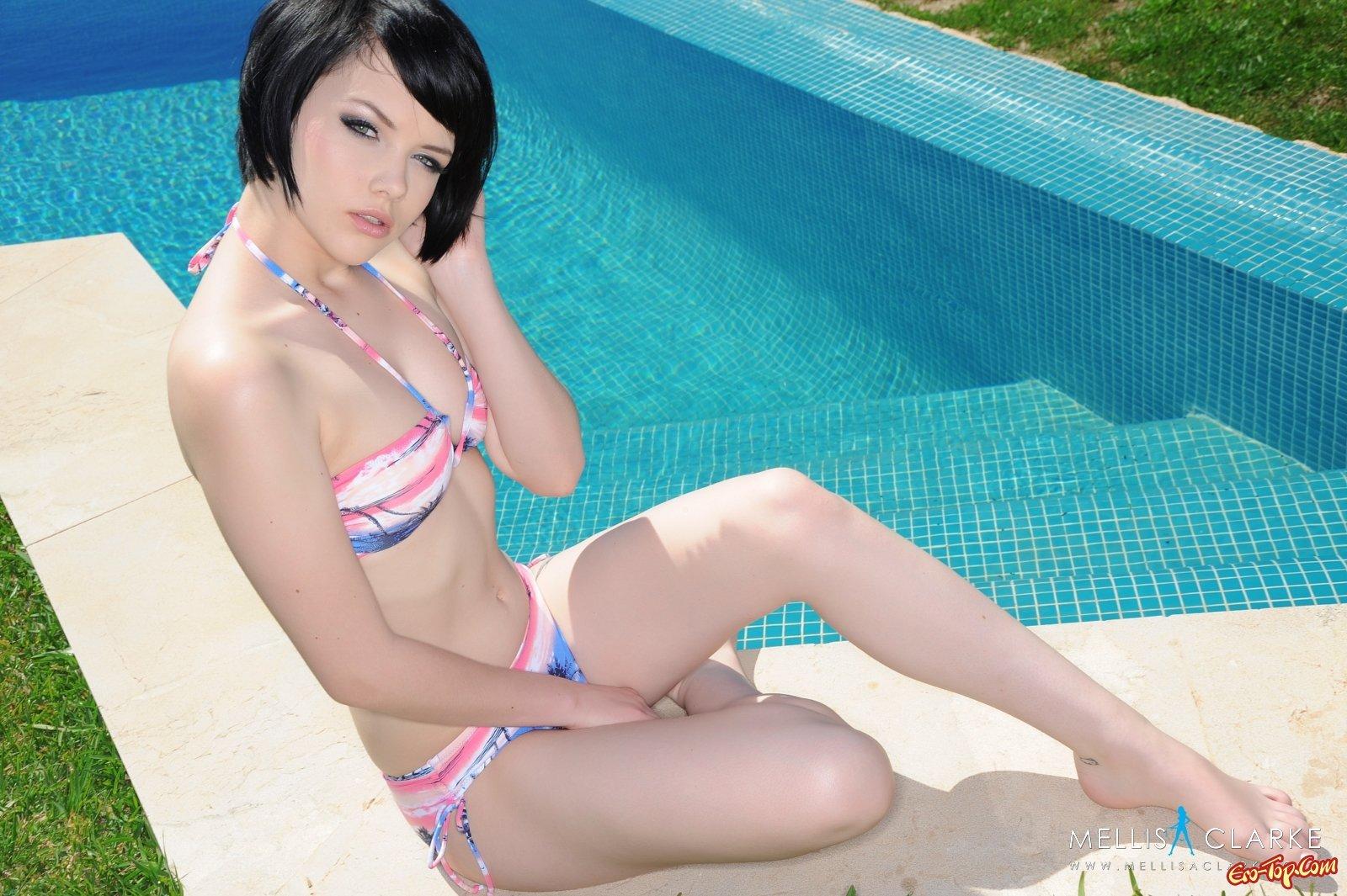 Меллиса Кларк у бассейна смотреть эротику
