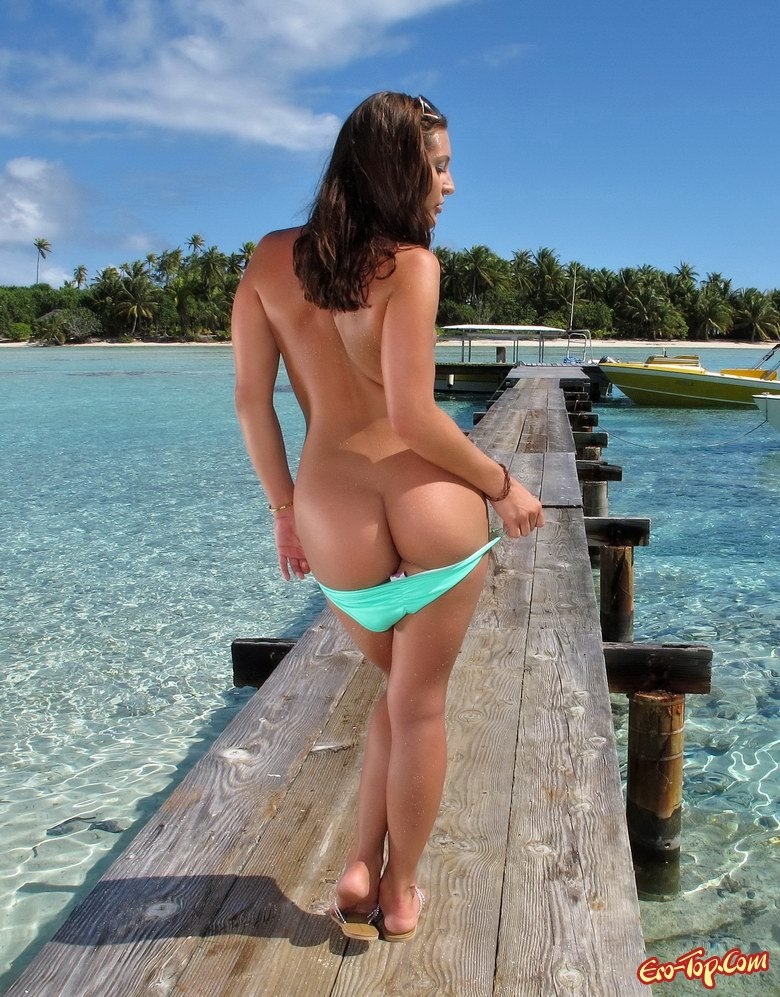 Голая на острове смотреть эротику