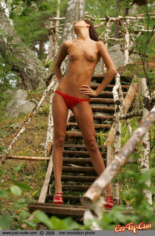 Раздетая девушка на природе секс фото