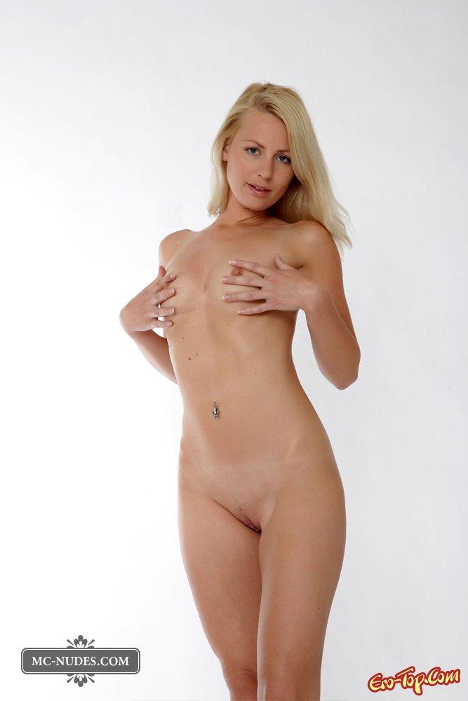 Блондинка на шпильках