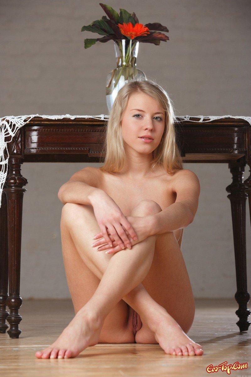 Светловолосая девушка в лёгком платье секс фото