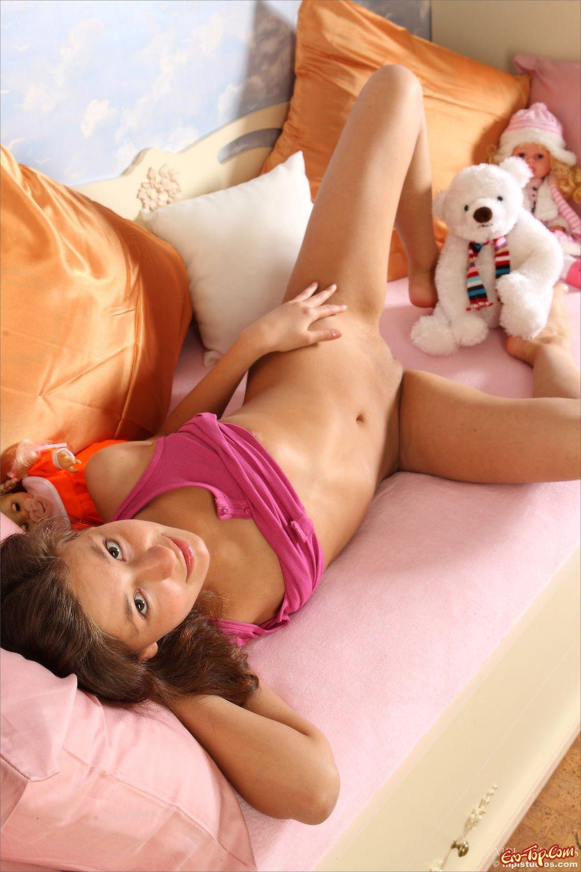 Нагая девушка с игрушкой