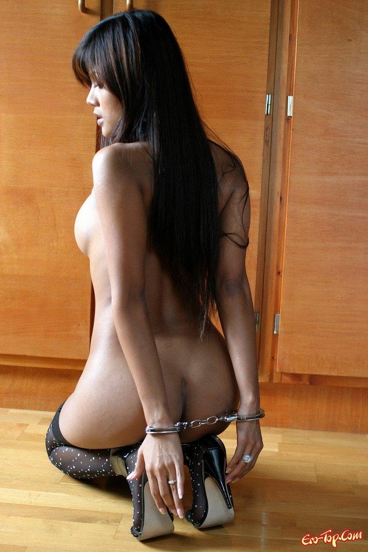 Раздетая в наручниках