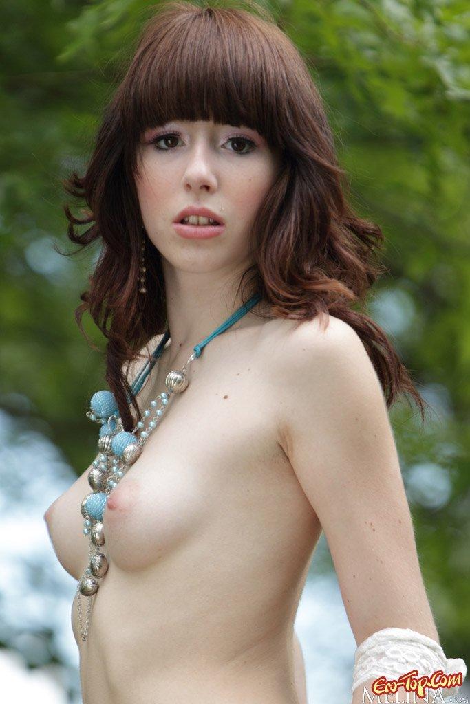 Милая девушка на природе