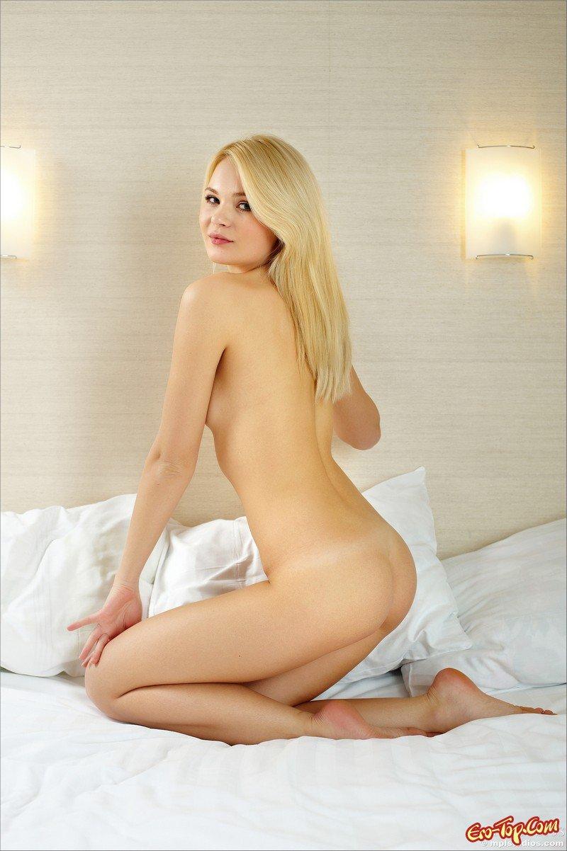 18-летняя в койке секс фото