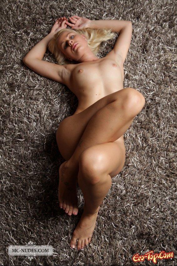 Обнаженная на ковре