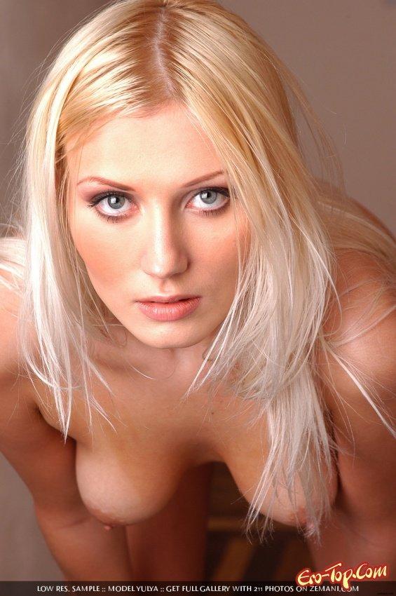 Возбужденная модель со свелыми волосами