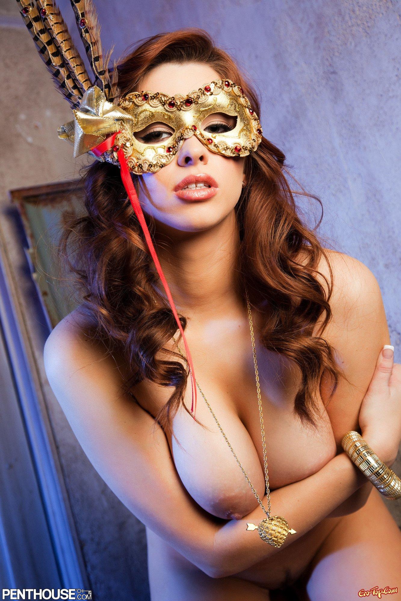 Обнаженная Sabrina Maree в маске