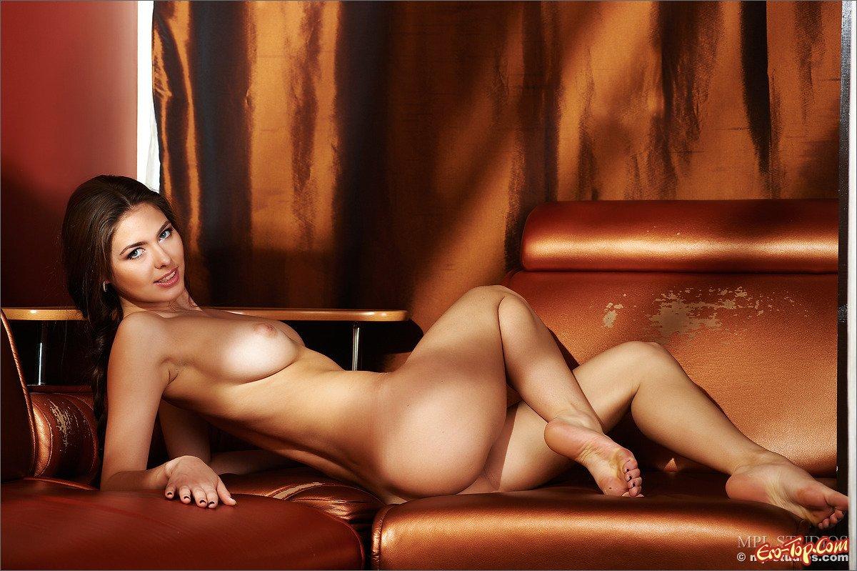 Очаровашка сняла платье секс фото
