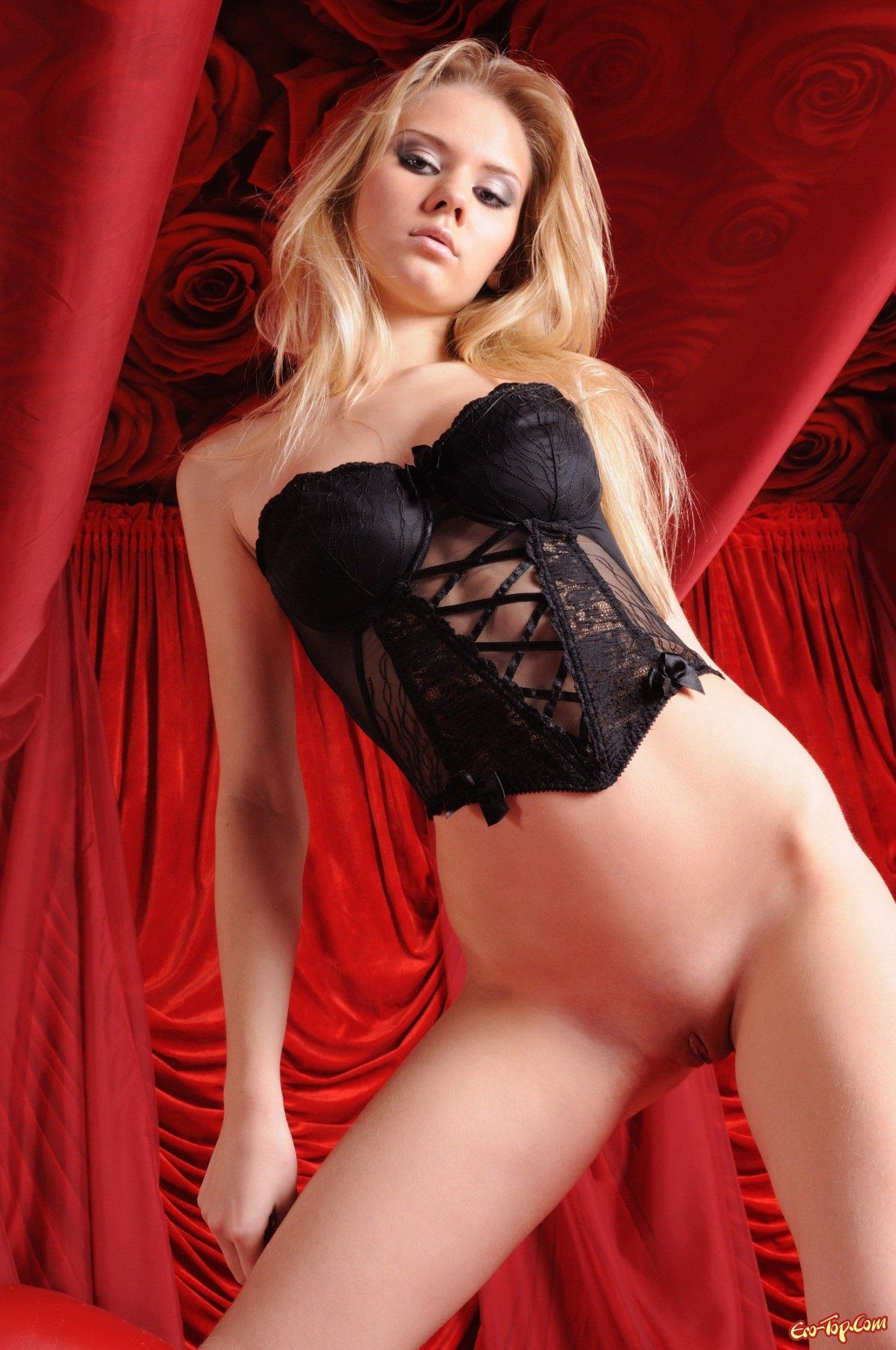 Голая блондиночка на красном секс фото